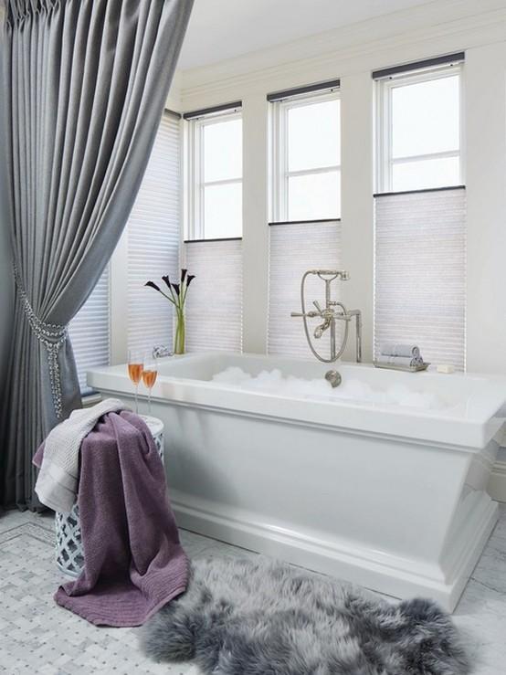 шторы из ткани в ванной с подхватом из бусин