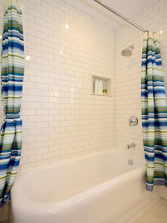 полосатые шторы из ткани в ванной комнате