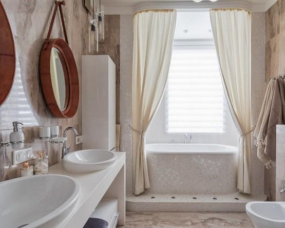 кремовые тканевые шторы в белой ванной