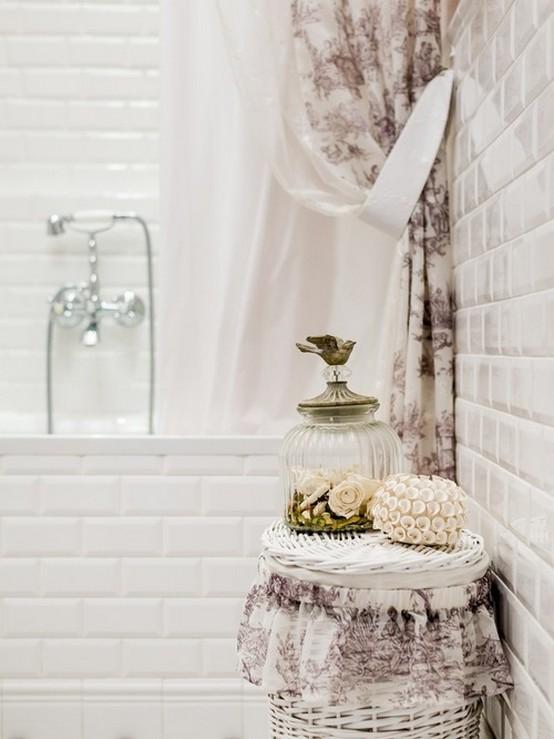 тканевая штора в ванной в стиле прованс