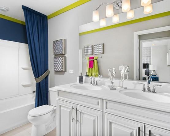 синие тканевые шторы в белой ванной