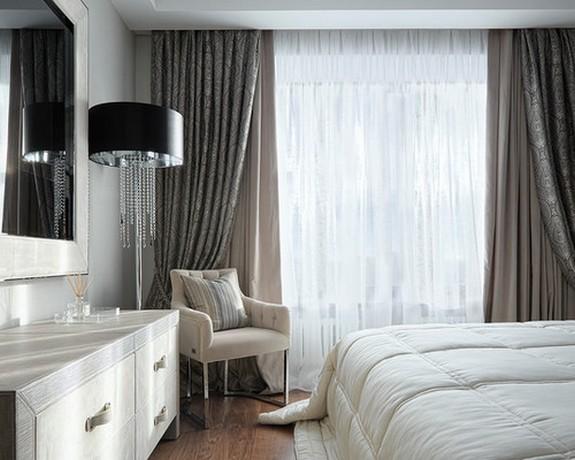 тройные портьеры в спальне с тюлем