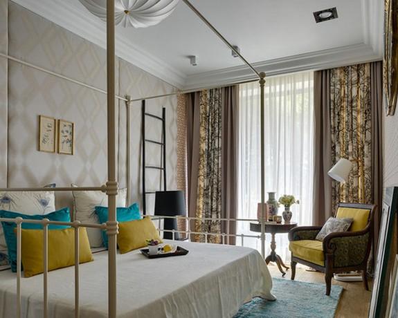 тройные шторы в спальной комнате
