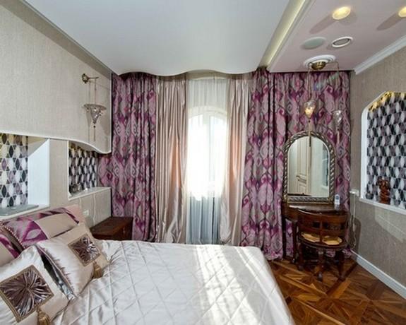 тройные портьеры в спальне в классическом стиле