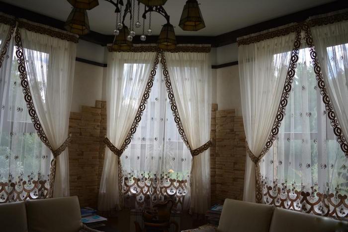 занавески в винтажном стле в гостиной-столовой