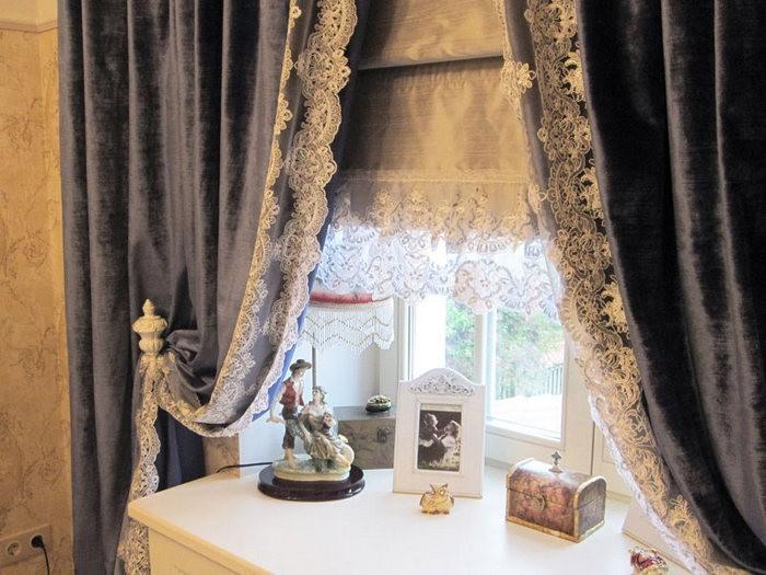 Белые кружевные шторы в интерьере гостиной фото
