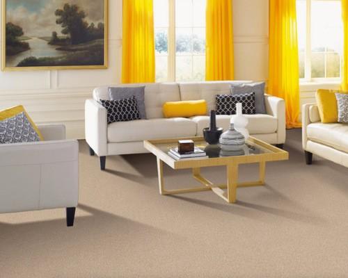 ярко-желтый тюль в тон диванным подушкам