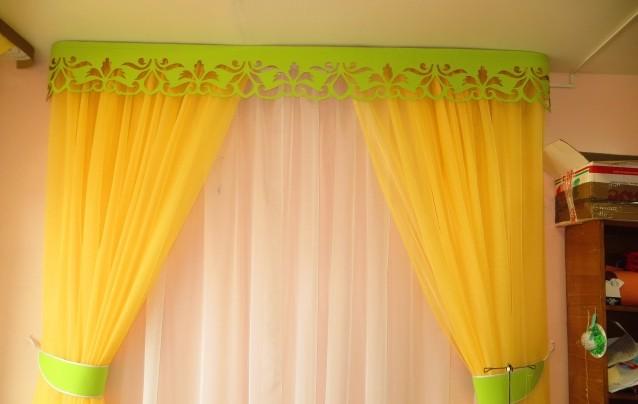 ярко-желтый тюль с салатовым ламбрекеном детской комнате