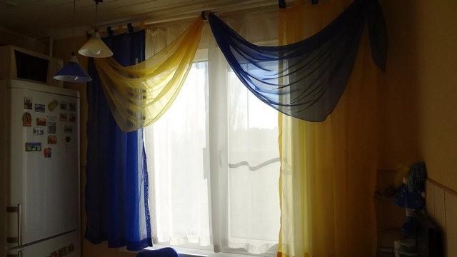 сочетание синего и желтого в тюлевых занавесках