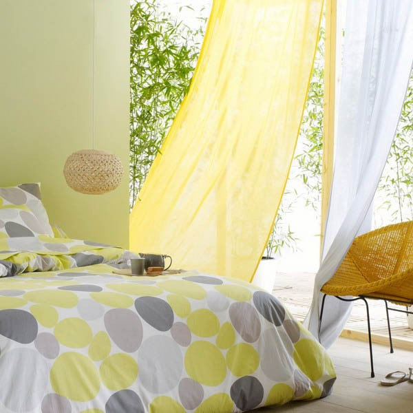сочетание желтого и белого тюля в спальне
