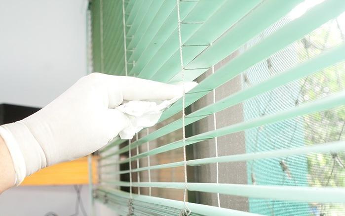 нанесения антистатика на жалюзи от пыли