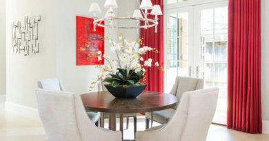 фото красных штор в интереьре белой столовой