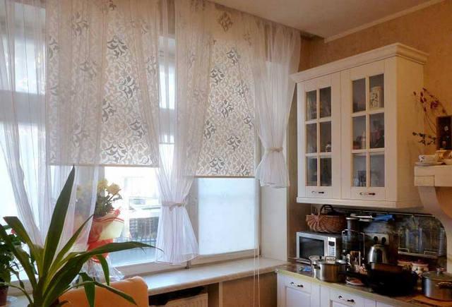рулооные шторы с тюлем в кухне
