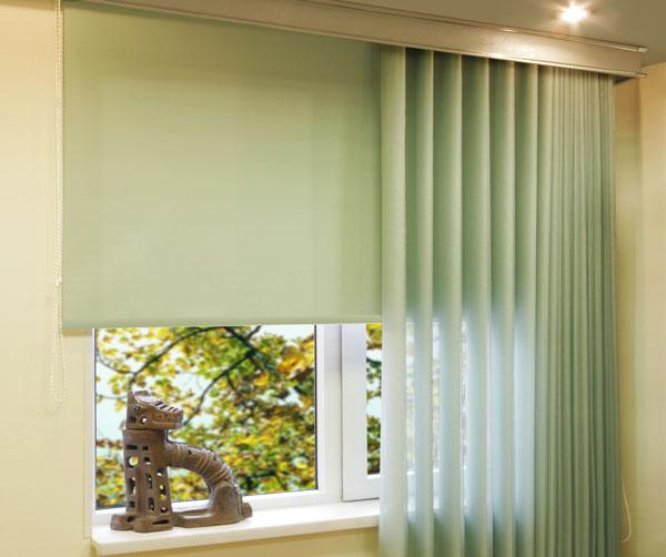 бледно-зеленые рулонные шторы и тюль