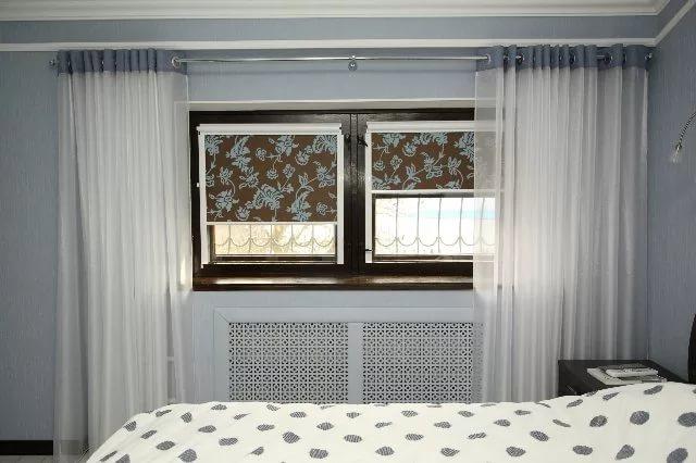 сочетание рулонной шторы и тюля в спальне