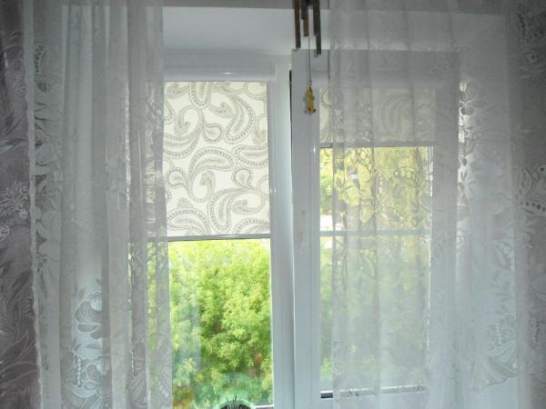очетание рулонных штор и тюля