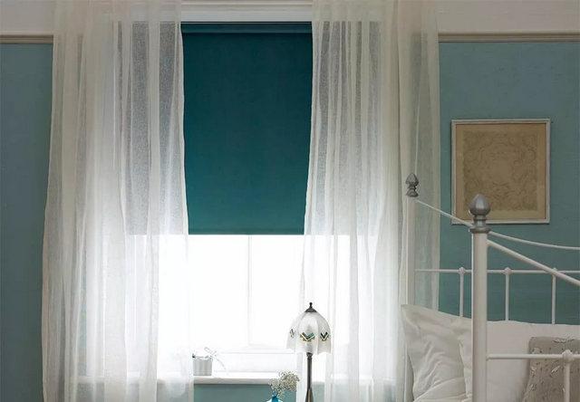 бирюзовые рулонные шторы и тюль из вуали