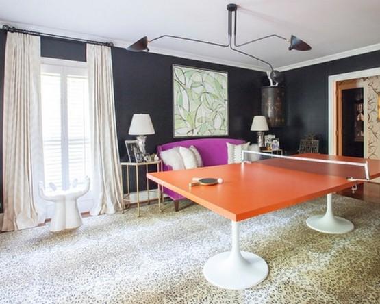 белые шторы к черным стенам в гостиной в стиле фьюжн