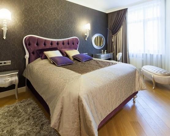 серые шторы и черные обои в спальне