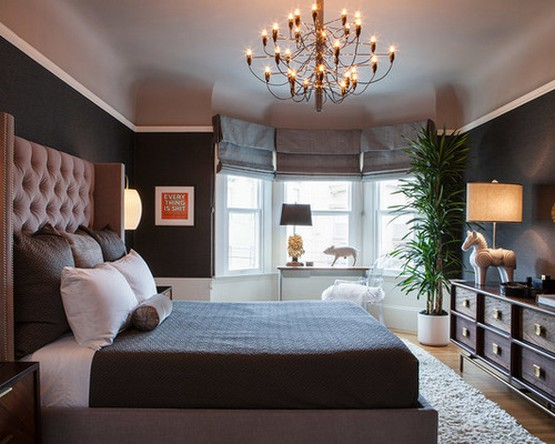 фото серых римских штор в спальне с черными стенами