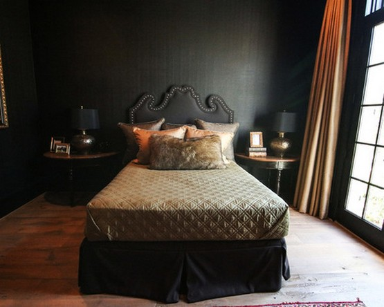 черные стены и золотистые шторы в спальне