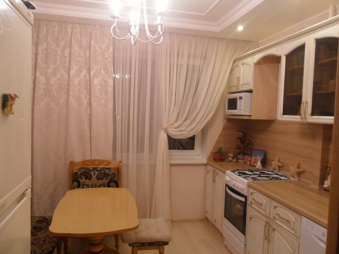 шторы с тюлем на окне в кухне