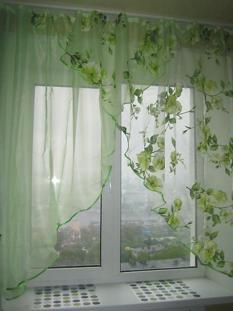 зеленые тюлевые шторы в кухне