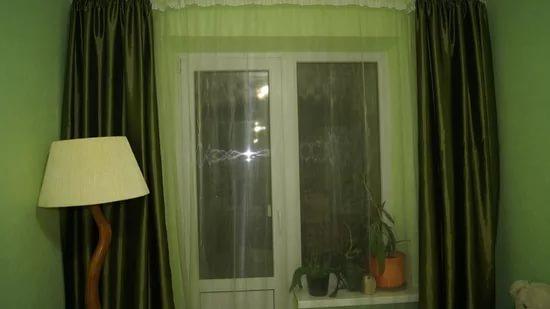 темно-зеленые портьеры с зеленым тюлем в спальне