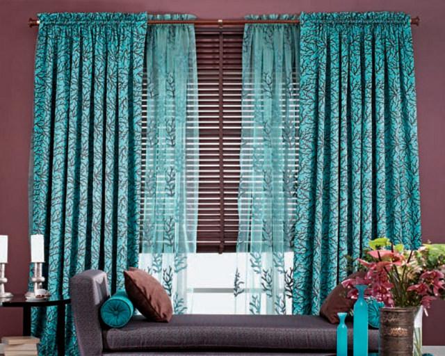 сочетание жалюзи и тюля в гостиной в единой цветовой гамме