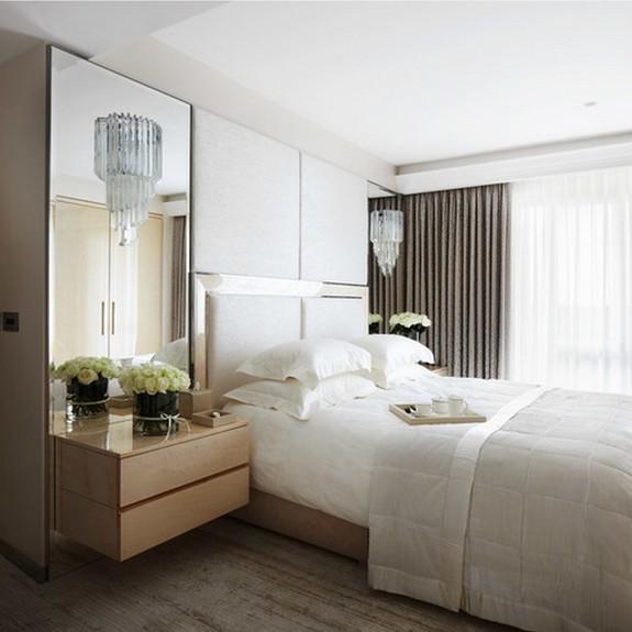 белый тюль с серыми портьерами в спальне