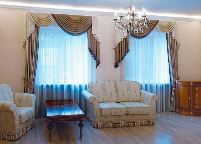 голубой тюль и портеры с ламбрекенами в гостиной