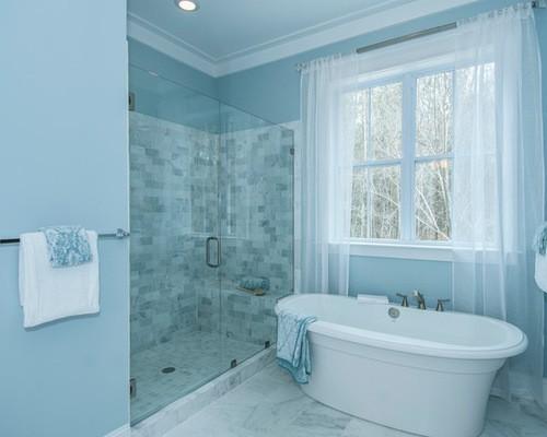 бело-голубые тюлевые занавески в ванной комнате