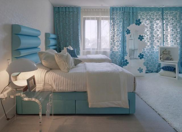 голубые тюлевые занавески в спальной комнате