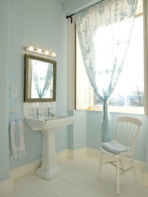 бело-голубой тюль в ванной