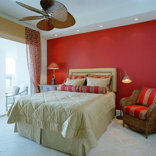 сочетание красного тюля с бежевыми оттенками в спальне