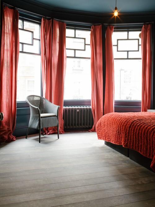 красный тюль в спальне