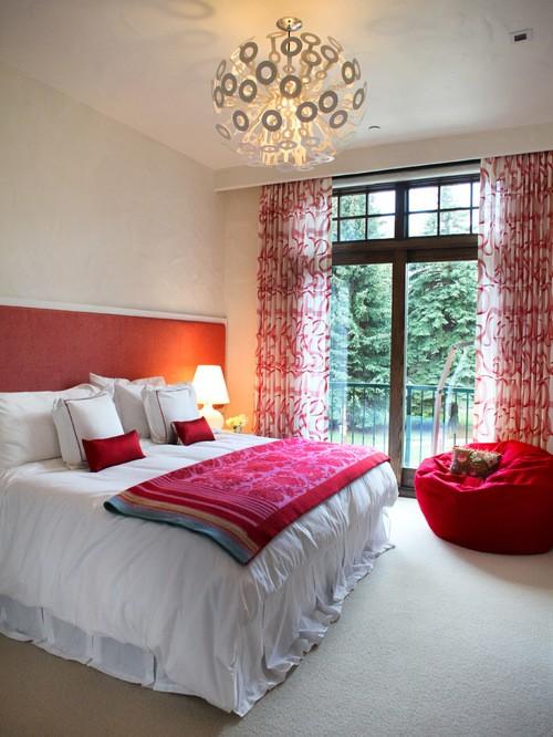 красный тюль в белой спальне