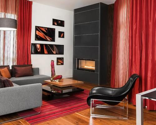 красный тюль в гостиной с черной мебелью