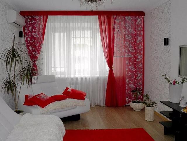 красный тюль в гостиной с белой мебелью