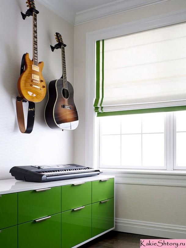 белые римские шторы в комнате подростка