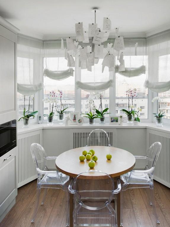 лондонские шторы на большом эркерном окне в кухне