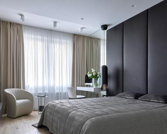 тюль и шторы на больших окнах спальни