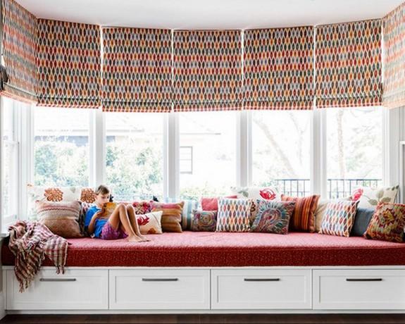 римские шторы на большом эркерном окне в детской