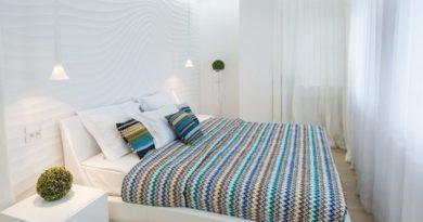 шторы к белым стенам в спальной комнате
