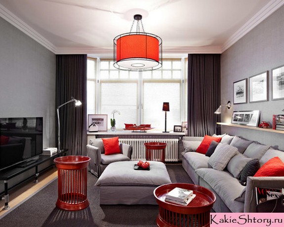 яркий декор к серым стенам в гостиной