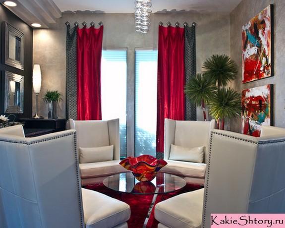красные шторы к серым обоям