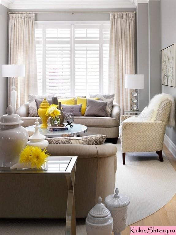 кремовые шторы в гостиной с серыми обоями