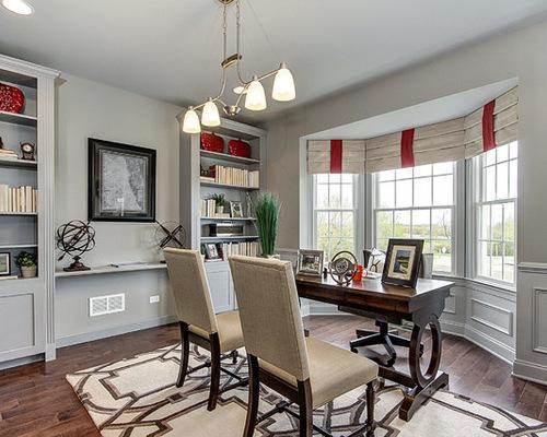 красные шторы в кабинете с серыми стенами