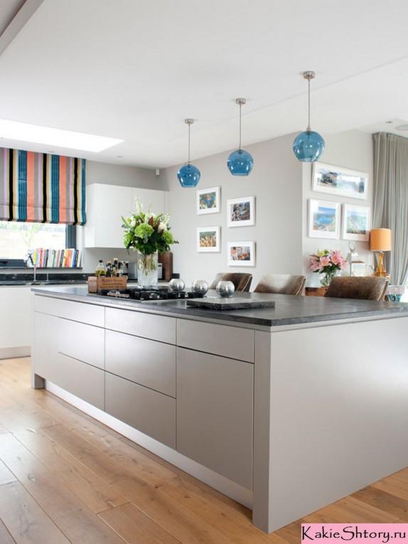 разноцветная римская штора в серой кухне