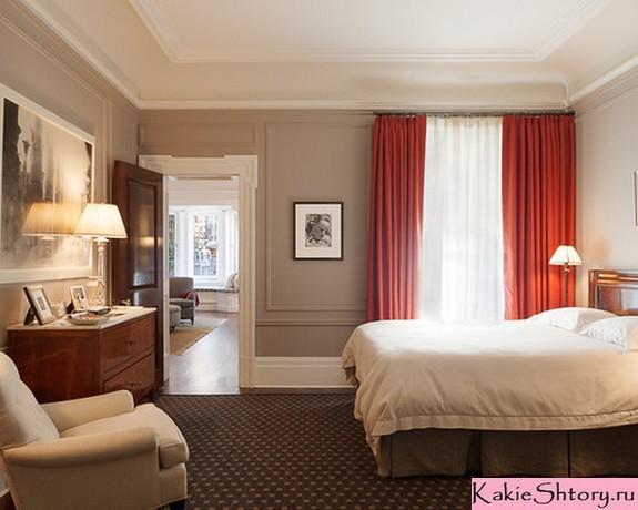 красные шторы в серой спальне